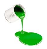 Grüne flüssige Lacke, die von der Dose herausspritzen Lizenzfreie Stockfotos