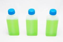 Grüne Flüssigkeit in den Flaschen Lizenzfreie Stockbilder