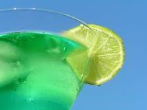 Grüne Flüssigkeit mit Zitrone Stockfotos