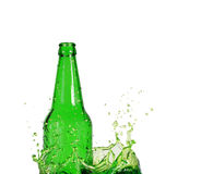 Grüne Flasche auf Wasser-Spritzen Stockbild