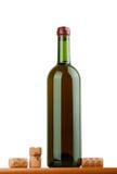 Grüne Flasche Wein lokalisiert auf weißem Hintergrund Stockfotografie