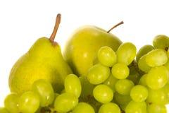 Grüne Früchte getrennt auf Weiß Stockfoto