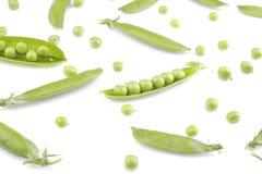 Grüne, frische Erbsen in einer Hülse auf einem weißen Hintergrund Getrennt Lizenzfreie Stockfotos