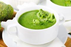 Grüne frische Suppe des Brokkolis Stockfotos