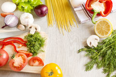 Grüne Fruchtnudeln des Gemüses auf dem Tisch Stockbilder