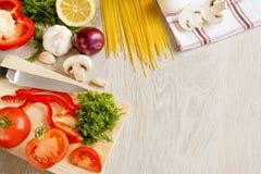 Grüne Fruchtnudeln des Gemüses auf dem Tisch Lizenzfreie Stockbilder