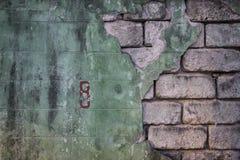 Grüne gebrochene Backsteinmauer kann für Hintergrund verwenden, mit der E-Izahl Lizenzfreies Stockbild