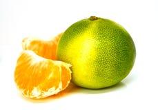 Grüne gelbe Mandarine lokalisiert lizenzfreie stockbilder