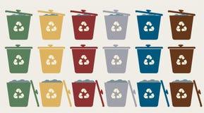 Grüne, gelbe, rote, blaue und weiße Papierkörbe mit Recycling-Symbol Lokalisiertes Zeichen des Vektorabfalls Abfalleimer Wiederve vektor abbildung