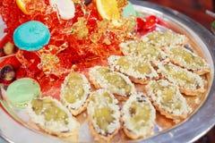 Grüne Geleemarmeladenhauchtortengebäck-Aperitif Zusammenstellung mit Süßigkeitskunstdekor Hotelrestaurantlebensmittelcatering-Buf lizenzfreie stockfotos