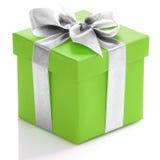 Grüne Geschenkbox mit silbernem Band Stockbilder