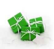 Grüne Geschenkboxen eingewickelt für Weihnachten stockbild