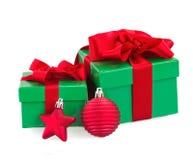 Grüne Geschenkboxen und Weihnachtsrotdekorationen Lizenzfreies Stockbild