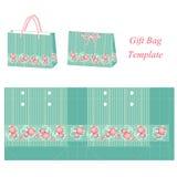 Grüne Geschenktaschenschablone mit Streifen und rosa Blumen Lizenzfreie Stockbilder