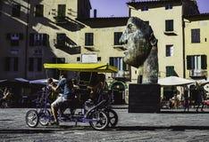 Grüne Gesichtsskulptur am Amphitheater-Quadrat in Lucca stockbild
