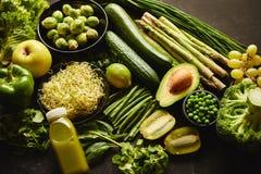 Grüne gesunde Nahrungsmittelzusammensetzung mit Avocado, Brokkoli, Apfel, Smoothie stockbilder