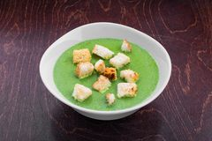 Grüne gesunde vegetarische Suppe stockbilder