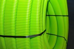Grüne gewölbte Plastikrohre für Wasserversorgung, rollten oben lizenzfreie stockfotos