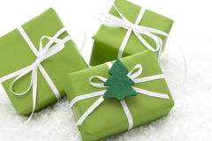 Grüne giftboxes eingewickelt für Weihnachten Stockbild