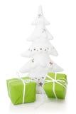 Grüne giftboxes im Grün für das Weihnachten - lokalisiert Stockbild