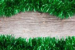 Grüne Girlande auf dem hölzernen Hintergrund lizenzfreies stockfoto