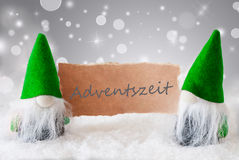 Grüne Gnomen mit Schnee, Adventszeit bedeutet Advent Season Stockfoto