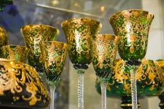 Grüne goldene Luxusbecher Stockfoto