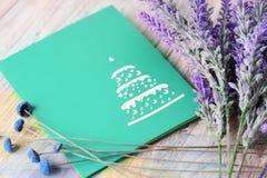 Grüne Grußkarte mit Platz für Text und Lavendel blüht auf einem hellen hölzernen Hintergrund Lizenzfreies Stockbild