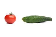 Grüne Gurke und rote Tomate. Stockfotos