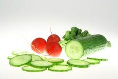 Grüne Gurke und roter Rettich Stockfotos