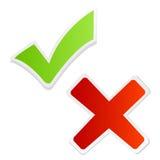 Grüne Häckchenmarkierung und -rotes Kreuz Lizenzfreie Stockfotos