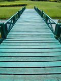 Grüne hölzerne Brücke Lizenzfreie Stockfotos