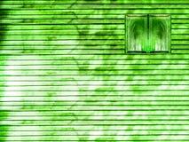 grüne hölzerne Fenster- und Holzwand Stockbild