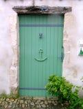 Grüne hölzerne Tür in einem Küstedorf. Lizenzfreies Stockfoto