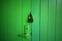 Grüne hölzerne Tür sperrte durch Hauptschlüssel Stockfotografie