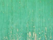Grüne hölzerne Wand einer alten verlassenen Gebäude-/Farbensplitterung lizenzfreies stockbild
