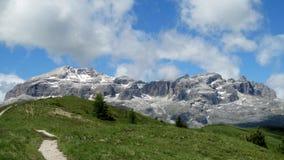 Grüne Hügel der Alpen und felsiges Bergspitzepanorama Stockbild