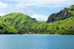 Grüne Hügel im Ozean stockfotos