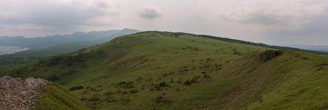 Grüne Hügel um See Kussharo vom Bihoro überschreiten Lizenzfreies Stockbild
