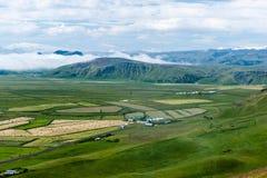 Grüne Hügel und Felder in Süd-Island Lizenzfreies Stockbild