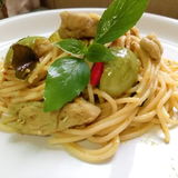Grüne Hühnercurryspaghettis Lizenzfreie Stockfotos