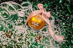 Grüne Hintergrund- und Goldweihnachtskugel -3 Lizenzfreie Stockfotografie