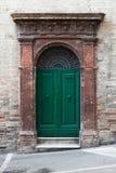 Grüne Holztür mit Bogen und Dekoration Stockbild