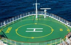 Grüne Hubschrauber-Auflage auf Bogen des Schiffs Stockfotografie