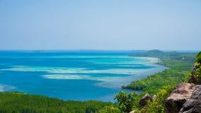 Grüne Insel mit Baumdschungelwald mit von der Luftmeer des blauen Wassers in karimun jawa lizenzfreie stockbilder