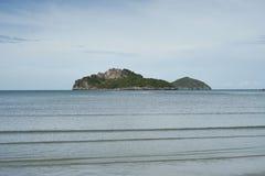 Grüne Insel und Meer mit einem blauen Himmel der Welle und des freien Raumes, prachuapkhirikhan Thailand lizenzfreies stockbild