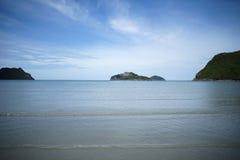 Grüne Insel und Meer mit einem blauen Himmel der Welle und des freien Raumes, prachuapkhirikhan Thailand lizenzfreies stockfoto