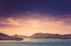 Grüne Insel- und Seenaturlandschaftsweinlese Stockfotos