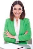 grüne Jacke der jungen Frau, die ein Auge blinkt Stockbilder