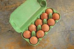 Grüne Kästen der frischen Eier auf Nahaufnahme Stockfotografie